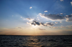 испускает лучи лучи небо Стоковые Изображения RF