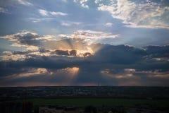 испускает лучи солнце неба высоты s эффективного полета птицы земное стоковые фотографии rf