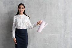 Испуская лучи девушка держа современный чайник Стоковое Изображение