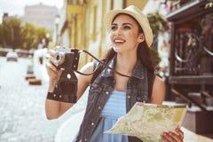 Испуская лучи женские держа устройство и карта Стоковое Изображение RF