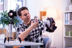 Испуская лучи красивый парень представляя возможности нового устройства виртуальной реальности стоковое фото