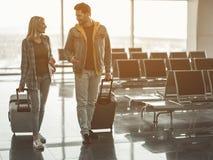 Испуская лучи любовники говоря во время путешествия стоковое фото rf