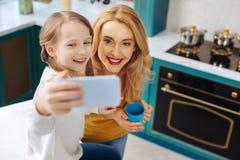 Испуская лучи мать и дочь принимая фото Стоковое Изображение