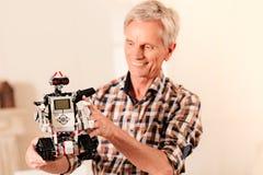 Испуская лучи старший инженер gazing на новой робототехнической машине стоковая фотография rf