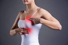 Испытание груди, женщина рассматривая ее груди для рака, сердечного приступа, боли в человеческом теле Стоковое фото RF