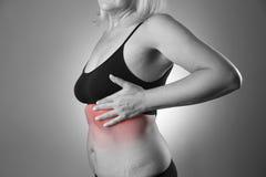 Испытание груди, женщина рассматривая ее груди для рака, сердечного приступа Стоковое Изображение RF