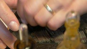 Испытание золота в металле сток-видео