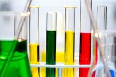 испытание исследования химии рассматривая расследуя Стоковые Изображения RF