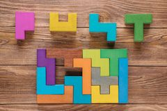 Испытание IQ выбирает правильный ответ Логически задачи составленные красочных деревянных форм, взгляд сверху Задача ` s детей во Стоковое Изображение RF