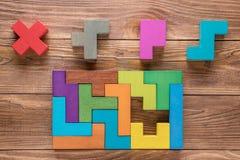 Испытание IQ выбирает правильный ответ Логически задачи составленные красочных деревянных форм, взгляд сверху Задача ` s детей во Стоковое Фото