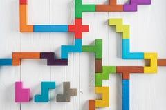 Испытание IQ выбирает правильный ответ Логически задачи составленные красочных деревянных форм, взгляд сверху Задача ` s детей во стоковые фото