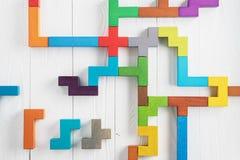 Испытание IQ выбирает правильный ответ Логически задачи составленные красочных деревянных форм, взгляд сверху Задача ` s детей во стоковые изображения rf