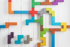 Испытание IQ выбирает правильный ответ Логически задачи составленные красочных деревянных форм, взгляд сверху Задача ` s детей во стоковое фото rf