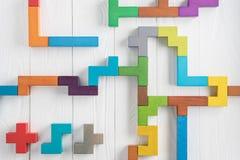 Испытание IQ выбирает правильный ответ Логически задачи составленные красочных деревянных форм, взгляд сверху Задача ` s детей во стоковое изображение