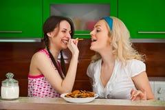 2 испытания маленьких девочек смешных печенья в кухне Стоковые Фото