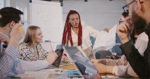 Испытанная Афро-американская женщина босса строительной компании работает вместе с многонациональными работниками на современном  акции видеоматериалы