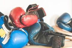 Испытанные перчатки бокса времени и тренировки, аксессуары бокса Стоковое Изображение