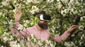 Испытывать Imagine Бородатые стекла vr носки человека весной зацветают Новаторская технология vr Человек в виртуальной реальности акции видеоматериалы