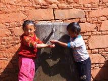 Испытывающие жажду дети в Тибете Стоковое Изображение RF