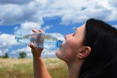 испытывающий жажду женщина Стоковые Фото