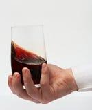 Испытывая красное вино Стоковые Изображения