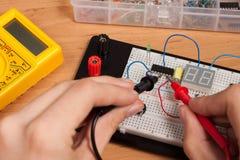 Испытывая электрическая цепь на технологическом комплекте стоковые фото
