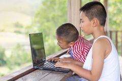 Исследование интернета исследования 2 детей Воспитательные концепции стоковые фото