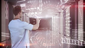 Исследователь используя технологию видеоматериал