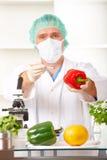 исследователь лаборатории удерживания gmo вверх по овощу стоковые фотографии rf