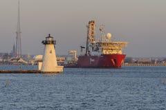 Исследователь Fugro корабля сверла проходя маяк острова ` s Palmer Стоковое Фото