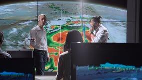 Исследователя отслеживая ураган на мониторе сток-видео