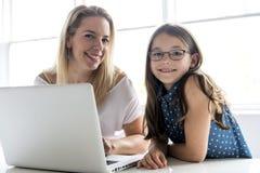 Исследовать школьницы онлайн с наведением ее учителя стоковые фотографии rf