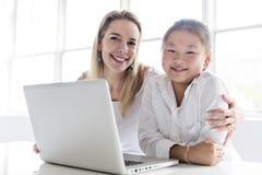 Исследовать школьницы онлайн с наведением ее учителя стоковое изображение rf
