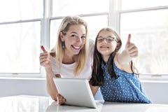 Исследовать школьницы онлайн с наведением ее учителя стоковые изображения rf