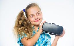 Исследуйте виртуальную возможность Самые новые игры виртуальной реальности детей Маленькая концепция gamer Виртуальная реальность стоковое фото rf