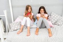 Исследуйте социальную сеть Smartphone для развлечений Дети принимая selfie Концепция применения Smartphone girlish стоковое изображение