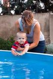 исследуйте счастливую женщину малыша заплывания бассеина стоковое фото