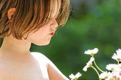 исследуя девушка цветка стоковая фотография rf