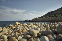Исследуя пляж ` s Сардинии стоковая фотография rf