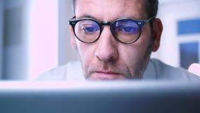 Исследование бизнесмена - отражения сток-видео