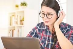 Исследование женщины с цифровым обучением по Интернетуу таблетки Стоковое Изображение