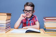 Исследование на школе, учить школьника домашней работы стоковое изображение