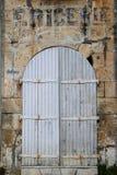 Исследование старой богато украшенной белой деревянной двери Стоковая Фотография