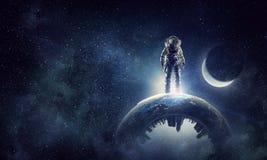 Исследователь астронавта в небе Мультимедиа стоковые изображения rf