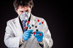 Исследователь рассматривая молекулу tnt Стоковая Фотография RF