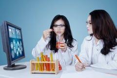 2 исследователя делая эксперименты в лаборатории Стоковая Фотография