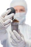 Исследователя измерили уровень радиации в образце почвы Стоковые Фотографии RF
