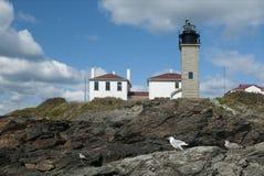 Исследуйте колониальный маяк Beavertail и окружающий парк стоковое изображение