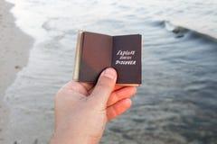 Исследуйте мечту откройте Книга, надпись, и песчаный пляж Идея перемещения стоковые фото