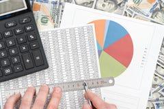 Исследуйте финансовую таблицу стоковая фотография rf